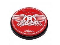"""Zildjian Pad de Treino P1206 06' Joey Kramer Preto   Este pad de treino de 6"""" de diâmetro possui a assinatura de Joey e o logotipo dos Aerosmith em duas cores. Imperdível para qualquer fã de Joey Kramer ou dos Aerosmith. Inclui hardw..."""